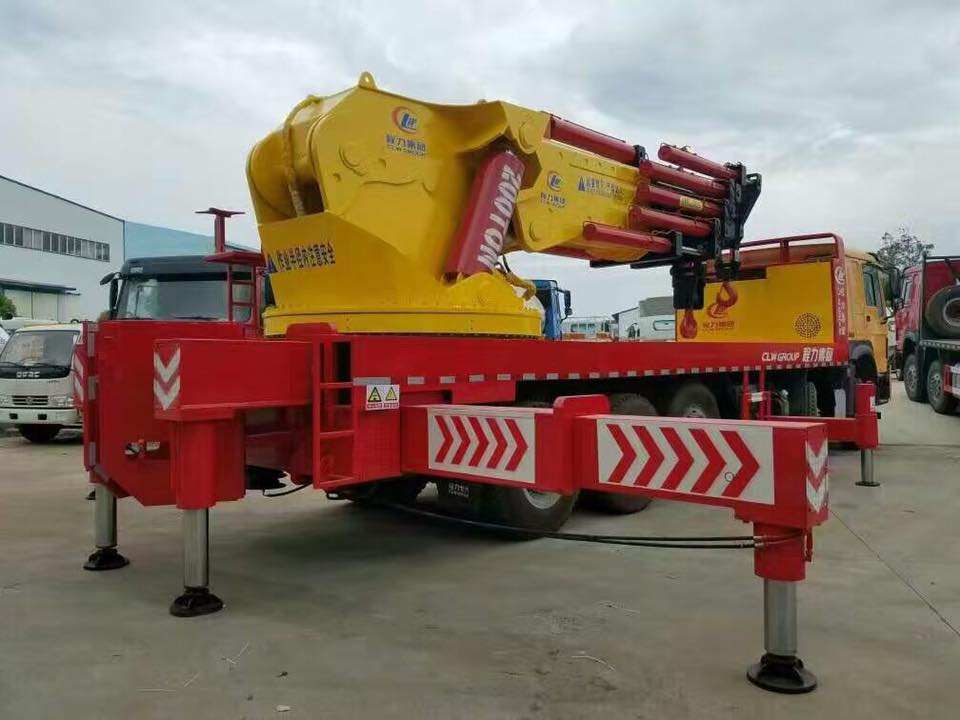 CLW Heavy duty truck with crane