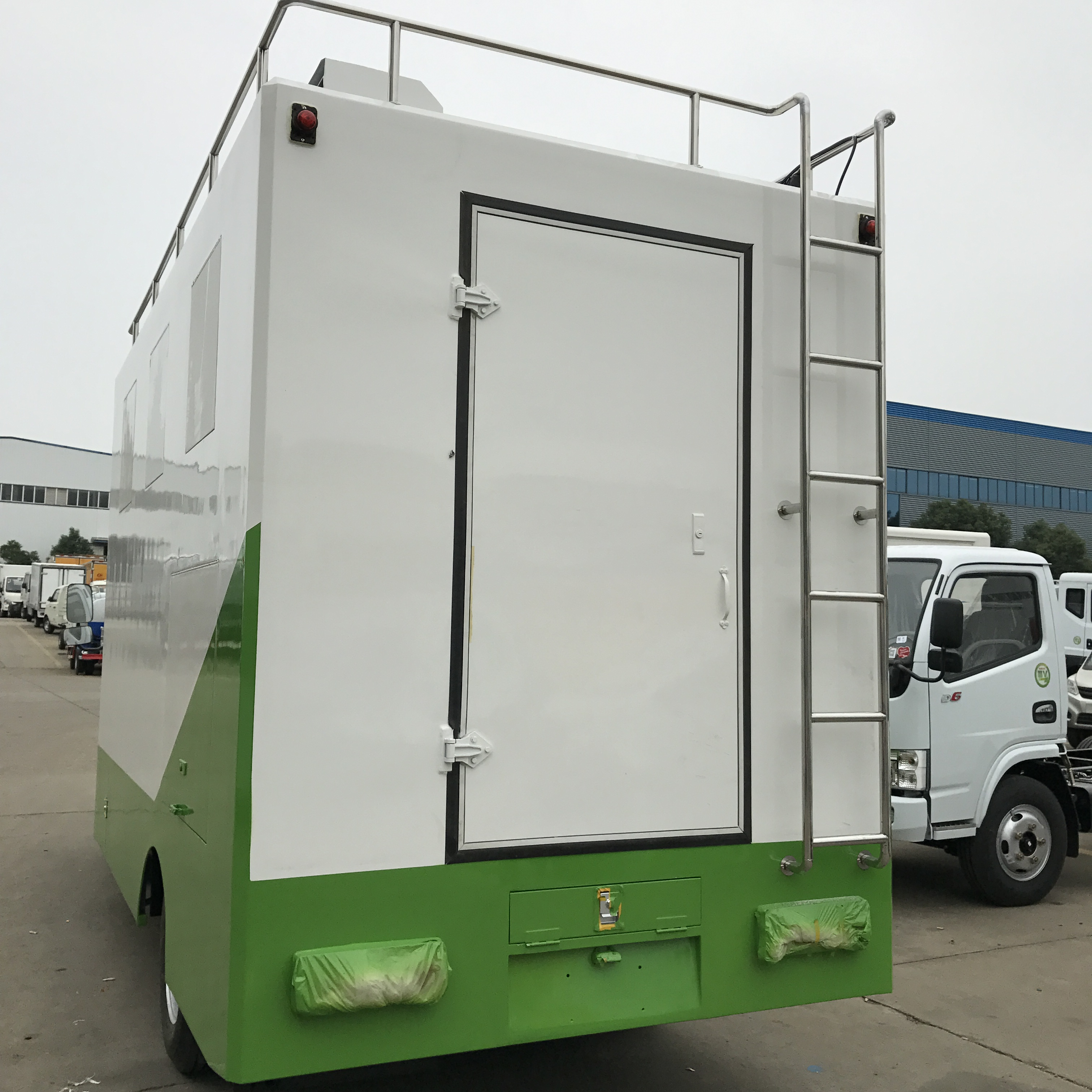 Dongfeng 3300 Mm Wheelbase Box Van with Kitchen Equipment Food Truck for Sale